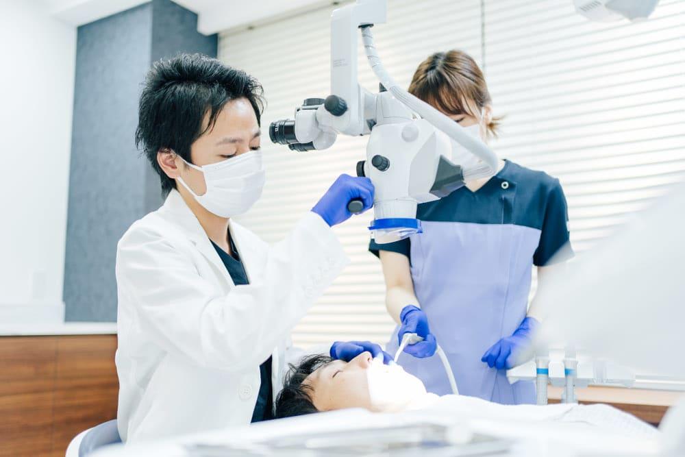 マイクロスコープの拡大視野による精密な治療