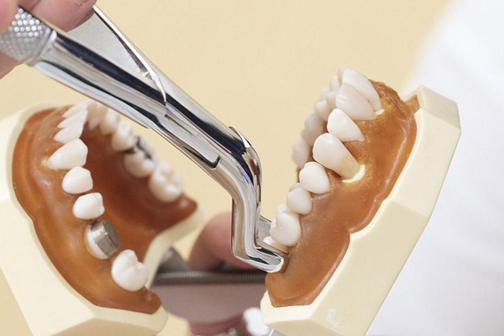 マイクロスコープは精密な治療を実現するためには不可欠な器材です